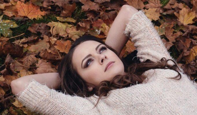beautiful_girl_in_the_park_lying_on_the_leaves_autumn_portrait_romantic_park_feeling_in_love-1198265.jpg!d